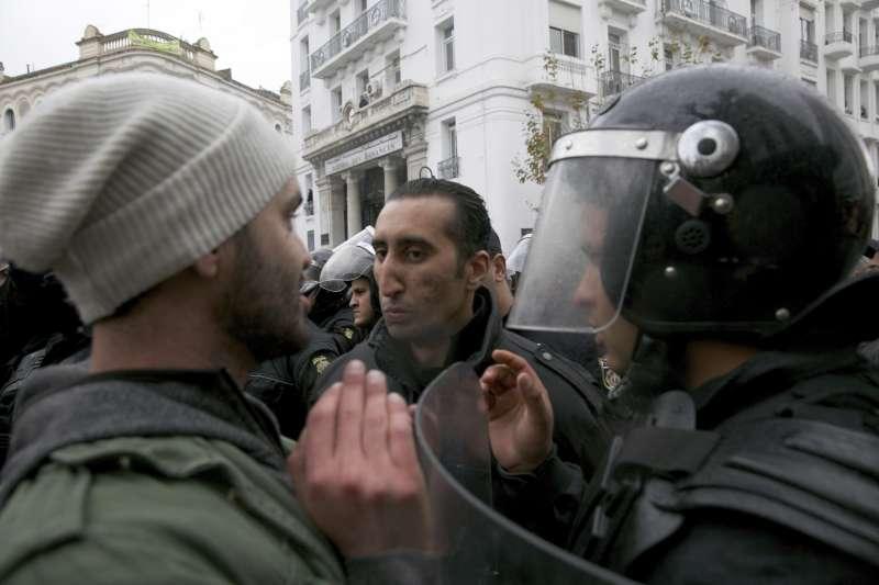 突尼西亞革命7周年,大批民眾抗議撙節與加稅措施,警民陷入對峙。(美聯社)