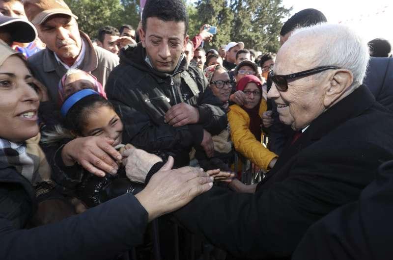 突尼西亞總統埃塞卜西(白髮者)。突尼西亞革命7周年,最新撙節措施引發大規模抗議。(美聯社)