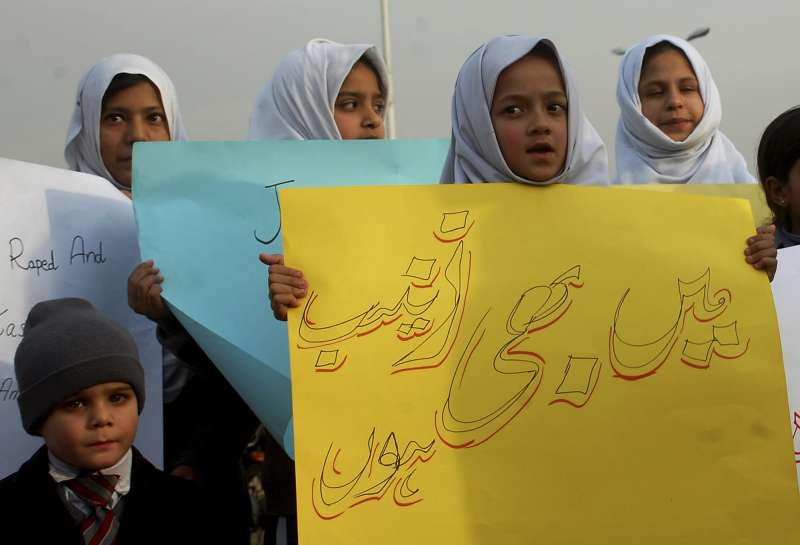 巴基斯坦首都伊斯蘭馬巴德的學生舉著標語抗議,標語寫著:「我也是塞娜布。」(AP)
