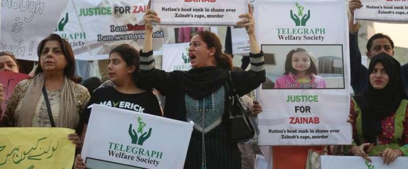 1月12日,巴基斯坦第一大城喀拉蚩的民眾走上街頭,抗議7歲女童塞娜布遭到性侵殺害(AP)