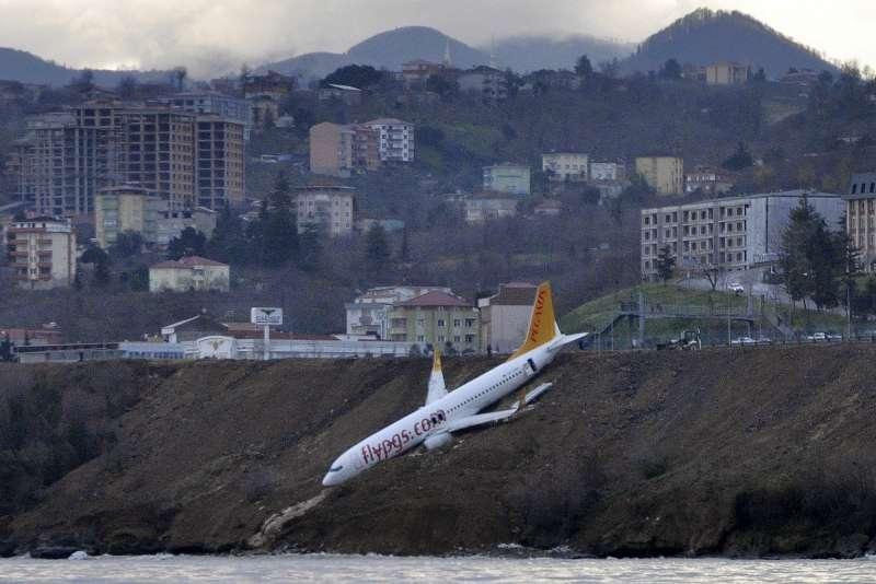 2017年1月13日,一架波音737-800在土耳其北部城市特拉布宗降落時衝出跑道,差一點墜入海中(AP)
