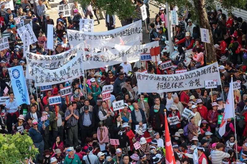 20180116-各地區農民16日北上立院外,參與「反對水利會收歸國有」陳抗活動。(顏麟宇攝)