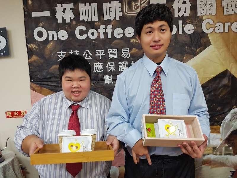 「慢飛兒」政龍(右)與素棉端出「慢飛兒之心—希望」咖啡,希望各界能品嚐出慢飛兒的努力與付出。(圖/方詠騰攝)