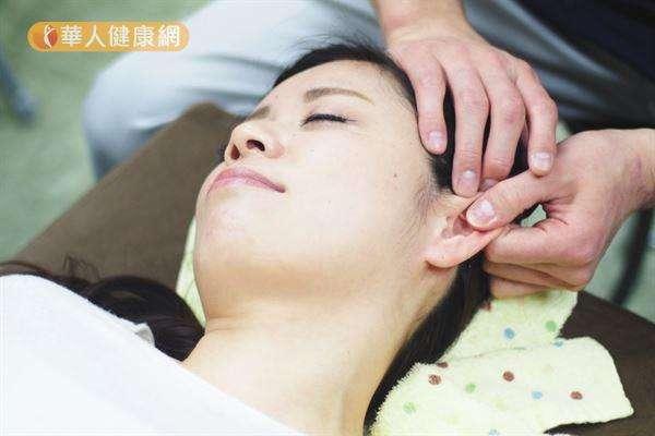 中醫認為經常刺激耳朵穴位,可以調整機體功能、疏通氣血、宣肺化濁和利濕降脂。(圖/華人健康網提供)