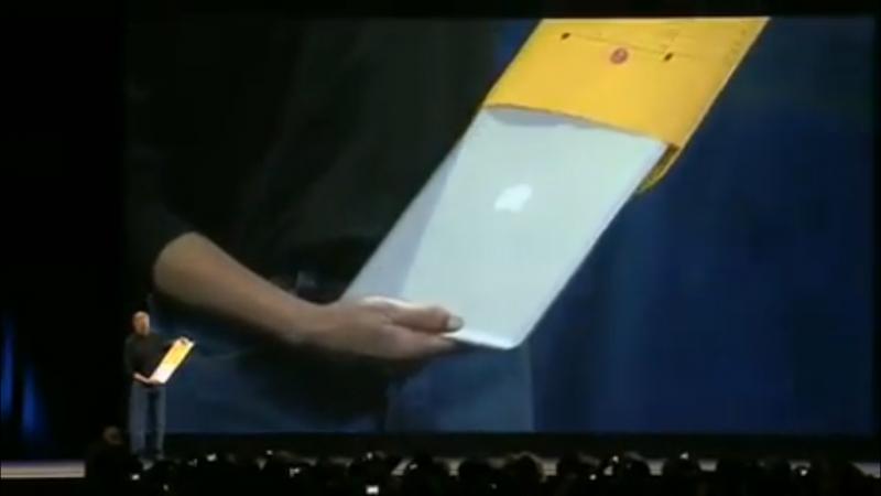 蘋果創辦人賈伯斯(Steve Jobs)從牛皮紙袋抽出MacBook Air,現在看來仍讓人相當驚豔。(圖/Youtube,數位時代提供)