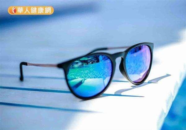 王孟祺醫師提醒,人體肉眼看不見的紫外線危害更是驚人。且其對眼睛傷害更甚藍光,建議民眾外出盡量養成配戴太陽眼鏡的習慣為佳。(圖/華人健康網)