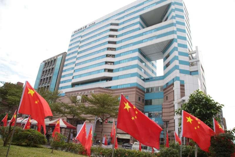 2018-01-17-愛國同心會於民進黨部對面插滿五星旗抗議。(顏麟宇攝)