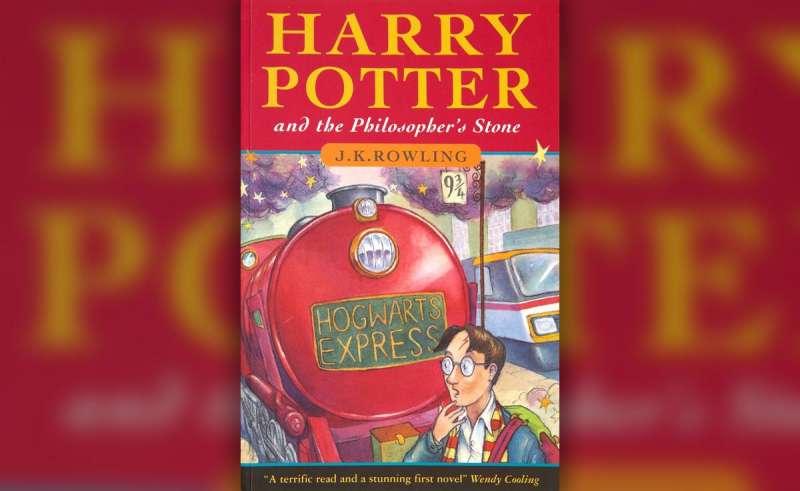 英國諾福克郡二手書店「SN Books」近日遭竊,J.K羅琳《哈利波特:神秘的魔法石》珍貴的首刷精裝本被偷走(AP)