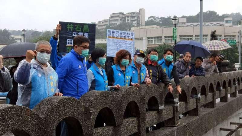 包括基隆市議長宋瑋莉等多位市議員,都戴著口罩,不敢聞田寮河的氣味。(圖/張毅攝)