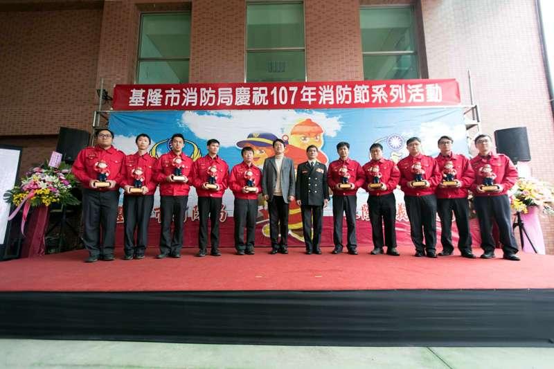 基隆市長林右昌表揚服務績優的消防隊員。(圖/張毅攝)