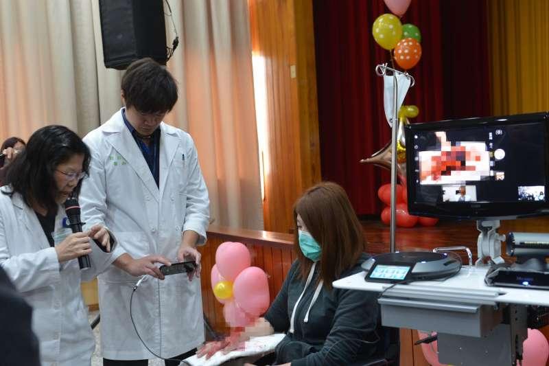 成大斗六分院整形外科醫師利用遠端視訊,檢視臺大斗六分院複雜手部外傷病患。(圖/雲林縣政府提供)