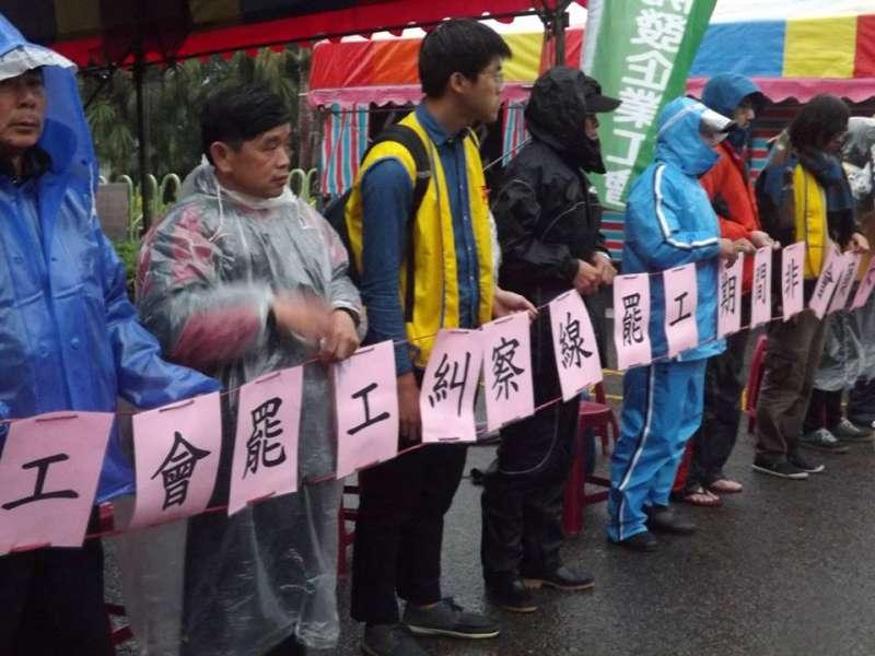 20180119-美麗華工會19日發表罷工宣言,向資方宣戰。(取自「自立自強被解雇,抗議血汗高爾夫」臉書粉專)