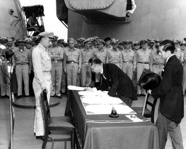 1945年9月2日在美軍中將理查·薩瑟蘭的監督下,由日本外務大臣重光葵在停泊於東京灣的密蘇里號戰艦 (BB-63)上代表日本政府簽署《降伏文書》。(Army Signal Corps@wikipedia/公共領域)