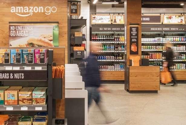 「Amazon Go」的顧客不必再大排長龍等結帳,只要拿起商品走出店外,系統會記錄消費內容。(圖截自Amazon Go官網)