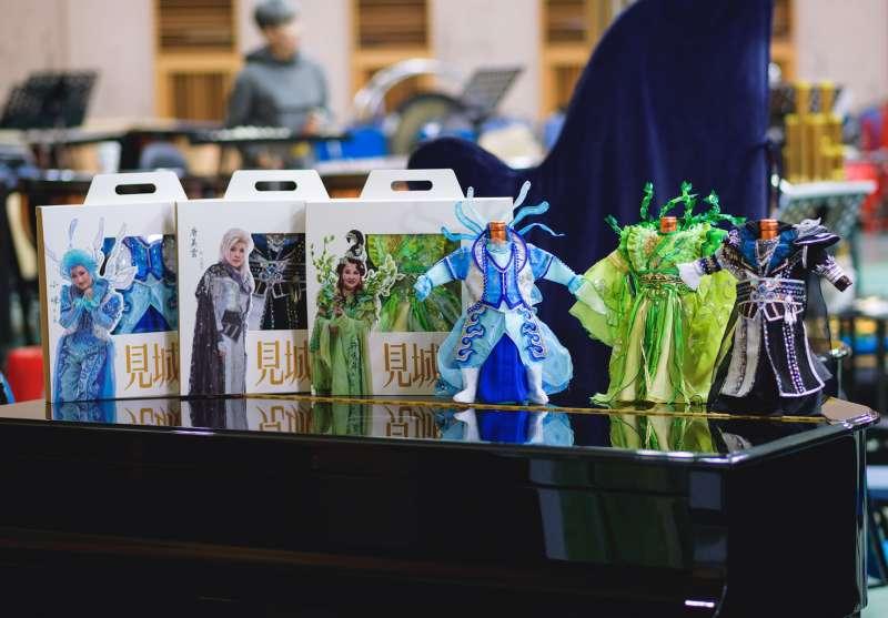 今年環境劇場《見城》特別推出等比例設計、純手工縫製的三主角紀念版小戲衣(酒瓶衣)供粉絲收藏。(圖/高雄市文化局提供)