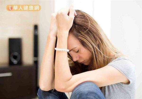 為避免情緒越陷越深,建議哭泣最好控制在3~5分鐘,最多也以15~30分鐘為限較適宜。且為了能放心宣洩,放聲大哭前,最好能選擇一個沒有人,能讓自己感到安全的地方,例如,臥房、廁所等場所。(圖/華人健康網提供)