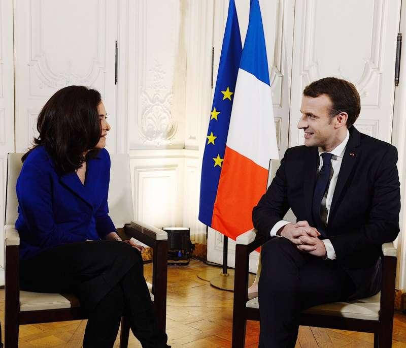 Facebook營運長雪柔·桑德伯格(左)與法國總統馬克宏(右)會面後,Facebook也公布投資法國的計畫。(圖/取自Sheryl Sandberg fb)