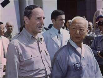 韓國總統李承晚與麥克阿瑟。(取自維基百科)