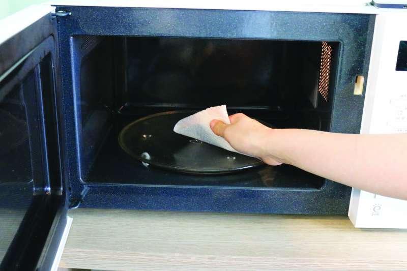 3. 以廚房紙巾拭去水蒸氣。(圖/ 尖端提供)