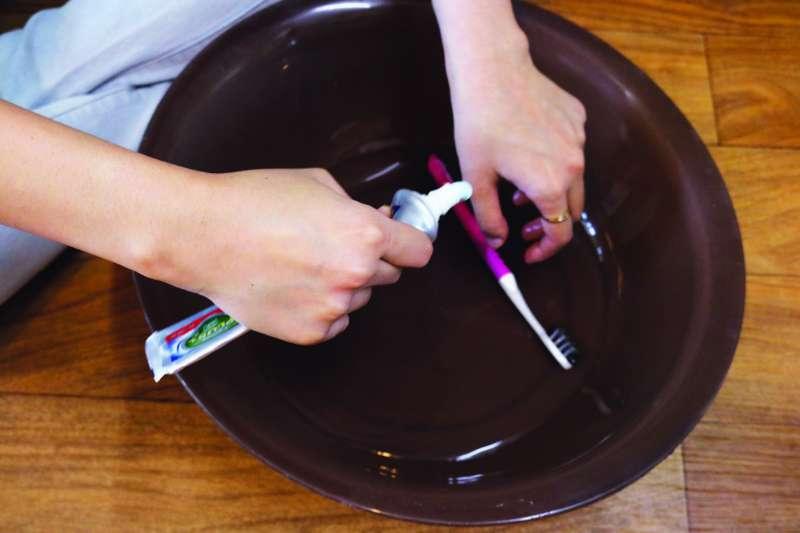 1. 將牙膏擠入溫水中。(圖/尖端提供)