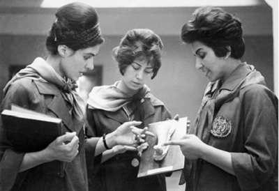 1962年喀布爾醫學院一名女教師(右)使用人體石膏模型在指導兩名女生。(圖/澎湃新聞提供)