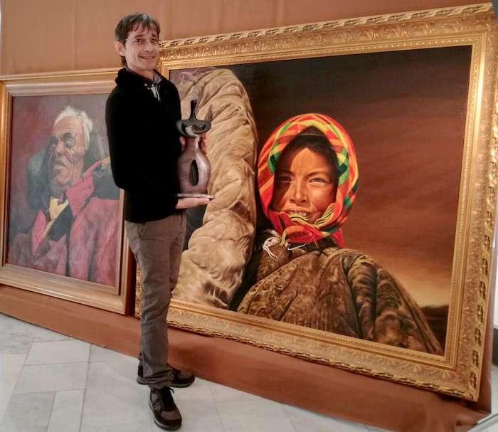 托馬西尼與大地之母在梵蒂岡博物館收藏張焰畫家的畫前。(曾廣儀攝)