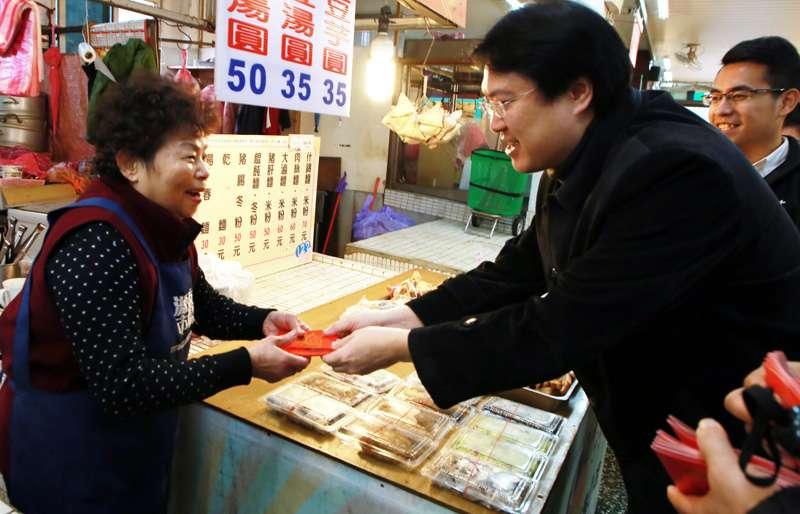 基隆市長林右昌在市場各攤商,發送狗年紅包。(圖/張毅攝)