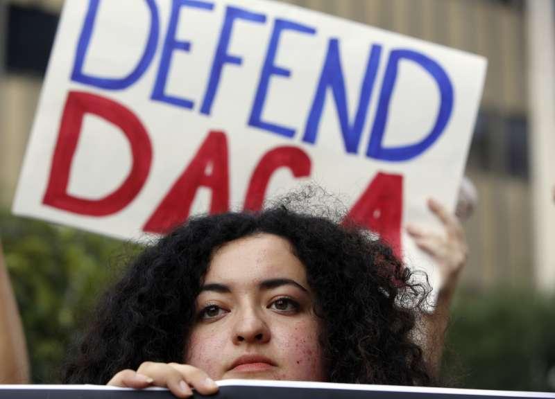 抗議川普廢除前總統歐巴馬的《延緩遣返無證入境兒童》 政策的民眾。(美聯社)