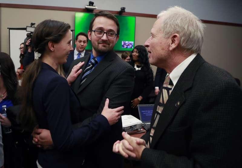 1月24日,納薩爾的判決結果出爐後,丹赫蘭德(左)與丈夫激動擁抱(AP)
