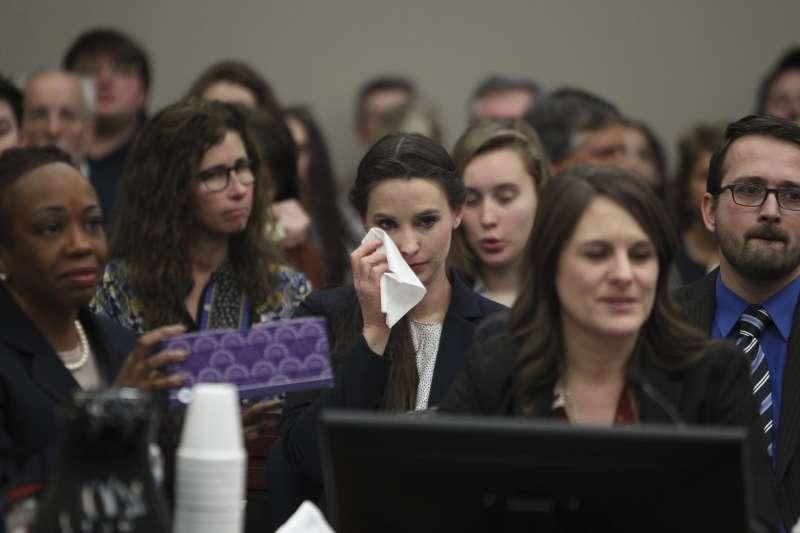 1月24日,納薩爾的判決結果出爐後,丹赫蘭德(中)拭淚(AP)