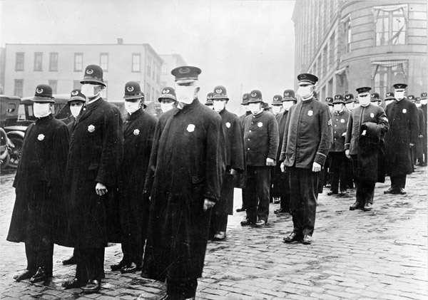 西班牙流感大爆發期間,戴口罩的西雅圖警察,1918年12月。(維基百科公有領域)