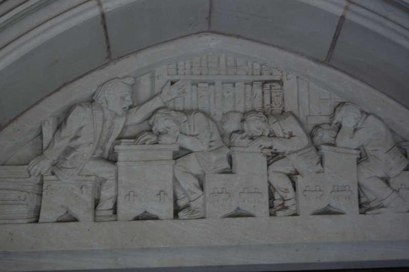 耶魯大學學生壓力大,從法學院牆上的雕塑可看出一二。(圖/Alex Guerrero@flickr)