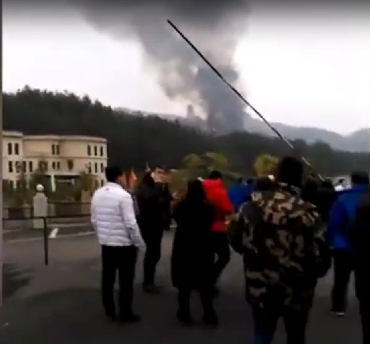 中國貴州綏陽縣鄭場鎮驚傳墜機,網路流傳的一段影片顯示當地民眾看著墜機現場冒出的濃煙(截自YoTube)