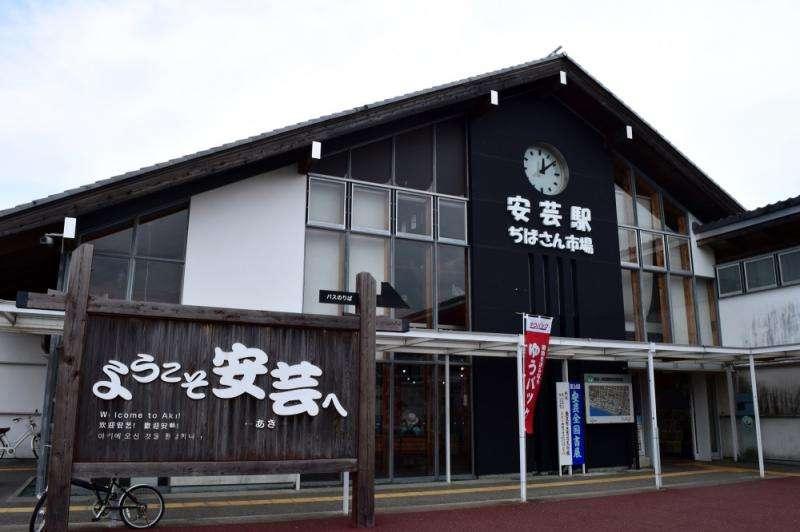 安藝站JIBASAN市場,旅客們當地伴手禮購買的第一選擇。(圖/高知縣安藝市)