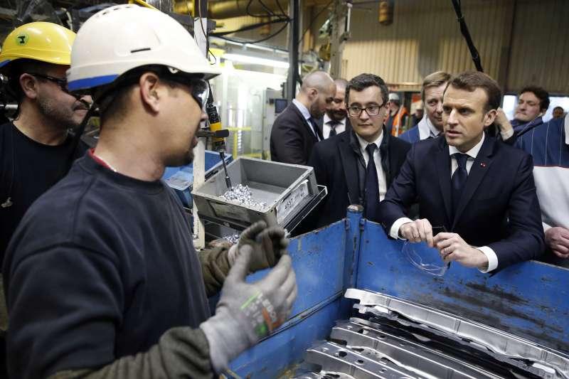 1月22日,法國預算部長達馬南(中)陪同法國總統馬克宏(右)造訪法國北部奧南市的豐田汽車製造廠(AP)