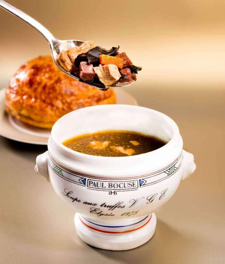 因為一場意外的午宴,而一舉成名的季斯卡總統黑松露清湯 La soupe aux truffes noires VGE (圖/Paul Bocuse 網站)