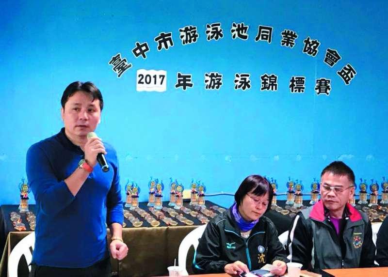 現任泳協理事長許東雄已經宣布「裸退」,台中國家隊教練曾正宗(左一)將參選理事長。(翻攝自曾正宗臉書)