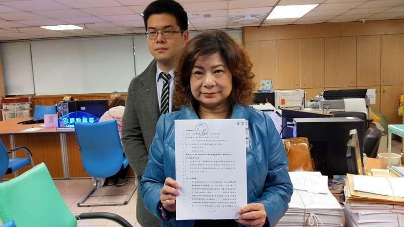 基隆市議長宋瑋莉在地檢署遞狀控告,完成收件手續。(圖/張毅攝)