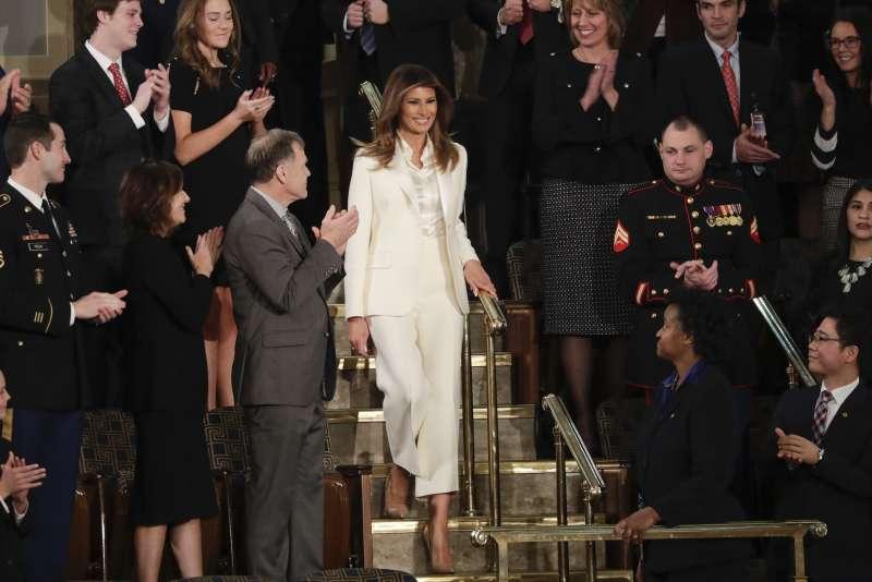 美國總統川普國情咨文。第一夫人梅蘭妮亞著全白褲裝出席。(美聯社)