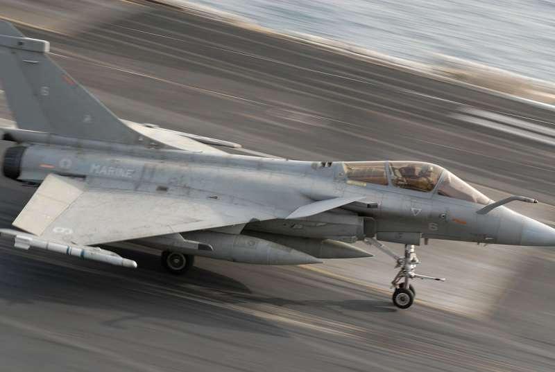 法國飆風M型戰鬥機降落於戴高樂號航空母艦。(取自維基百科)