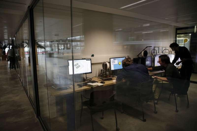 進駐「Station F」的創業者只須每月繳195歐元,就能使用這個新創公司的空間(AP)