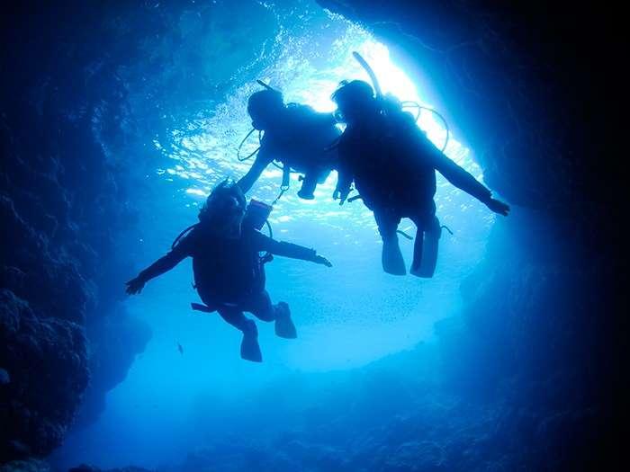在沖繩著名的青之洞窟內,可以一邊潛水,一邊餵食熱帶魚。(圖/女子學提供)