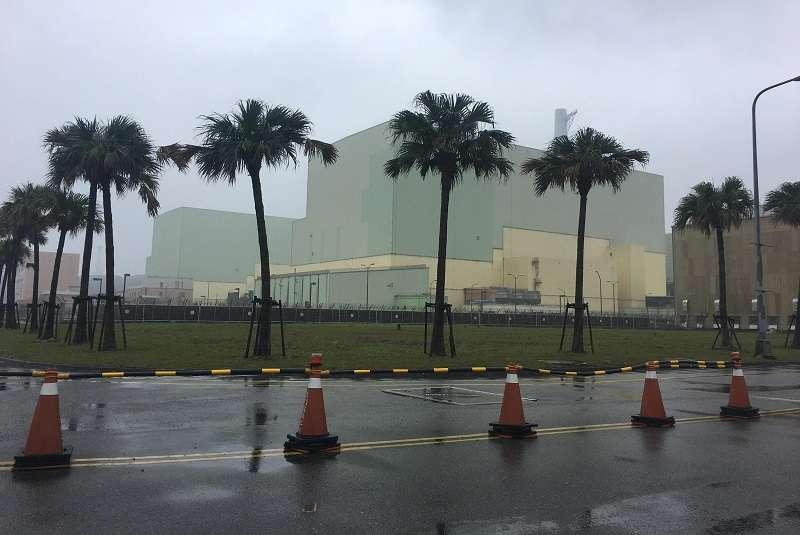 雨中的龍門電廠。(王伯輝攝)