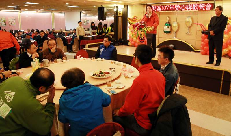 安樂區春節愛心聯歡餐會,林右昌宣佈今年低收入戶春節慰問金加碼一千。(圖/張毅攝)