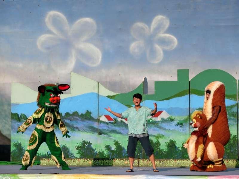 20180201-紙風車劇團2000年推出的客家兒童音樂劇《嘿!阿弟牯》。主角阿弟牯與動物朋友的演出生動。(紙風車劇團提供)