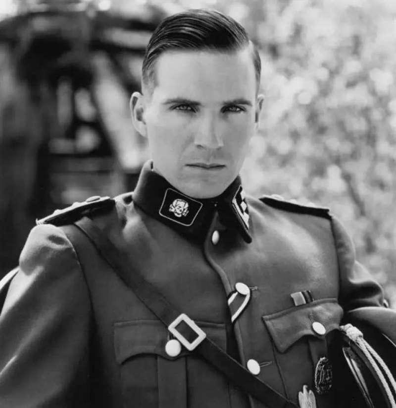 電影《辛德勒名單》中飾演納粹軍官的演員雷夫范恩斯。(圖/維基百科 WIKIPEDIA,言人文化提供)