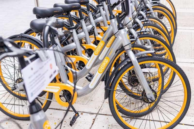 新加坡共享單車obike去年四月引進台灣後,因可隨停隨放、不受限制,卻也造成停車亂象。目前不少縣市提出共享運具管理自治條例,透過法規介入管理。(圖/shutterstock,數位時代提供)