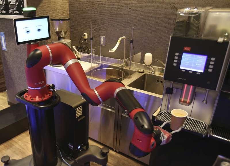 機器人「沙爾」正在製作咖啡/AP