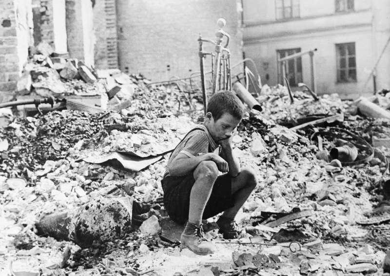 波蘭在二戰期間遭納粹德國占領,圖為1名波蘭小孩返回被納粹轟炸摧毀的住家(AP)
