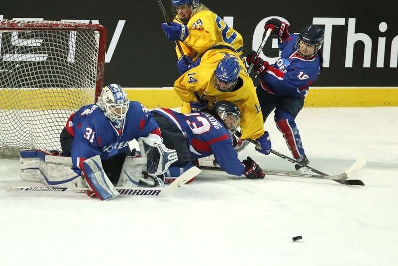 平昌冬奧即將開幕,南北韓共組女子冰球隊,熱身賽以1:3輸給瑞典。(美聯社)